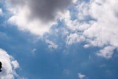 Att flytta sig fördunklar i himlen Arkivbild