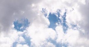 Att flytta sig fördunklar i himlen lager videofilmer