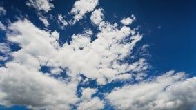 Att flytta sig fördunklar på blå himmel, TimeLapse arkivfilmer