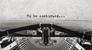 Att att fortsättas Skrev ord på en gammal tappningskrivmaskin arkivfoto