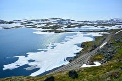 Att fotvandra och cykelrutten längs Flam fodrar i Norge Royaltyfri Bild