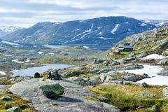 Att fotvandra och cykelrutten längs Flam fodrar i Norge Royaltyfri Fotografi