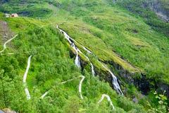 Att fotvandra och cykelrutten längs Flam fodrar i Norge Arkivbilder