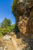 Att fotvandra släpar en brant berglutning på Kreta royaltyfria bilder