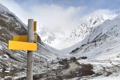 Att fotvandra undertecknar in berget Arkivbilder