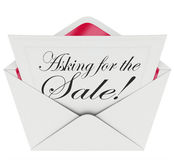 Att fråga för försäljningarna för meddelandet för den Sale kuvertbokstaven handlar tätt Royaltyfri Foto