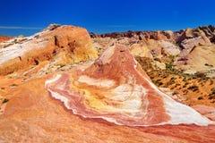 Att förbluffa färgar och formar av galet kullesandstenbildande i dalen av branddelstatsparken Arkivfoton