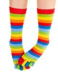 Att frysa lägger benen på ryggen i färgrika sockor Arkivfoton