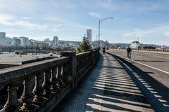 Att gå över den Burnside bron vänder mot vi den i stadens centrum stadshorisonten för westsiden av Portland Oregon Fotografering för Bildbyråer