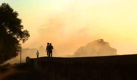 Att gå för besökare går på den stora väggen för det stora fortet på vellorefortet med solnedgång Arkivfoton
