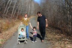 att gå för familj går barn Arkivbilder