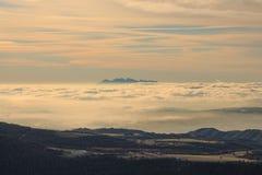 Att gå ovanför molnen är en lyx royaltyfri bild