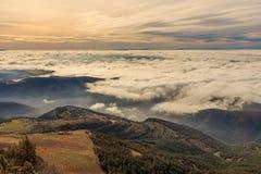 Att gå ovanför molnen är en lyx royaltyfri fotografi