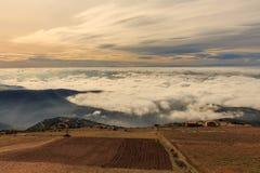 Att gå ovanför molnen är en lyx royaltyfria bilder
