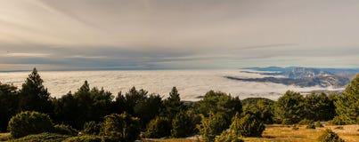 Att gå ovanför molnen är en lyx arkivbilder