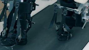 Att gå spårsimulatorn används av en fysiskt utmanad person arkivfilmer