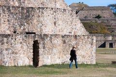 Att gå till och med tid på Monte Alban fördärvar i Oaxaca, Mexico royaltyfri fotografi