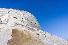 Att gå upp på den halva kupolen kablar på en solig sommardag, den Yosemite nationalparken, Kalifornien Royaltyfria Foton