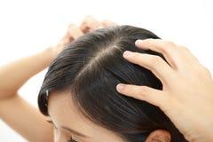 Att göra för kvinna skalperar massage arkivbild