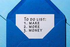 Att göra listan med ord gör mer pengar som klämmas fast på det blåa kuvertet äganderätt för home tangent för affärsidé som guld-  Royaltyfri Bild