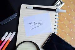 Att att göra listaordet som är skriftligt på papper Att göra listan smsa på arbetsboken, teknologiaffärsidé royaltyfri foto