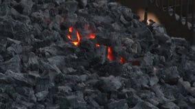 Att göra till kok kol pyrar stock video