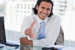Att ge sig för affärsman som är hans, räcker Royaltyfria Bilder