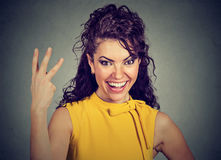 Att ge sig för kvinna tre fingrar undertecknar med handen Royaltyfria Bilder