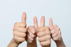Att ge sig för två personer tummar gör en gest upp Fotografering för Bildbyråer