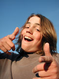 att ge sig tumm upp ungdom Fotografering för Bildbyråer