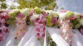 Att gifta sig bågen, dekoren, ceremoni, blommar stock video