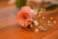 Att gifta sig blomman f?r den guld- cirkeln steg gift royaltyfria bilder