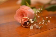 Att gifta sig blomman f?r den guld- cirkeln steg gift royaltyfria foton