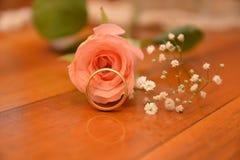 Att gifta sig blomman f?r den guld- cirkeln steg gift royaltyfri foto