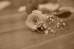 Att gifta sig blomman f?r den guld- cirkeln steg gift fotografering för bildbyråer