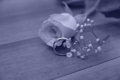 Att gifta sig blomman f?r den guld- cirkeln steg gift arkivbild