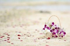 Att gifta sig blommar i den Maldiverna stranden Royaltyfri Fotografi