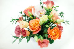 Att gifta sig blommar i krukan royaltyfri bild