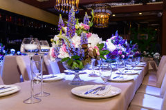 Att gifta sig blommar på bordlägga Arkivfoton