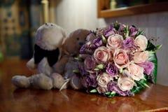 Att gifta sig blommar på en tabell Fotografering för Bildbyråer