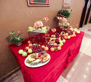 Att gifta sig bordlägger garneringen med frukter Fotografering för Bildbyråer