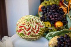 Att gifta sig bordlägger garneringen med frukter arkivfoton