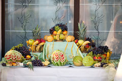 Att gifta sig bordlägger garneringen med frukter Royaltyfri Bild