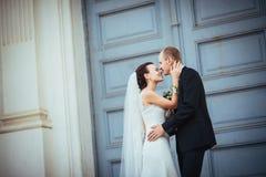 Att gifta sig går nära domkyrkan Royaltyfri Bild
