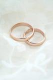 Att gifta sig inviterar med guld- cirklar för rosen Fotografering för Bildbyråer