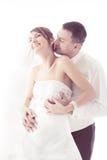 Att gifta sig kopplar ihop att kyssa   Fotografering för Bildbyråer