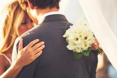 Att gifta sig kopplar ihop förälskat Arkivfoton