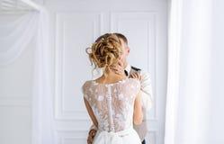 Att gifta sig kopplar ihop förälskat Arkivbild
