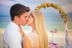 Att gifta sig kopplar ihop precis gift Royaltyfri Bild
