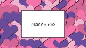 Att gifta sig mig förälskelsekortet med rosa hjärtor som en bakgrund, zooma in arkivfilmer